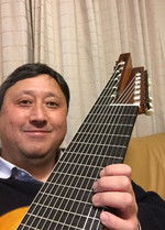 Shigeki_with_13string_guitar